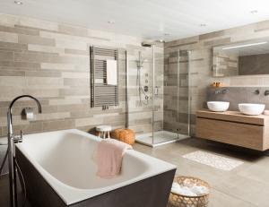 In de showroom bij Van Manen badkamers: Stoer en warm tegelijk ...