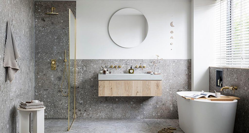 De Composite tegels passen perfect in de badkamer.